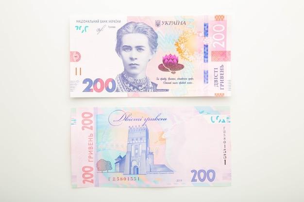 Banconote ucraina 200 grivna sulla superficie bianca