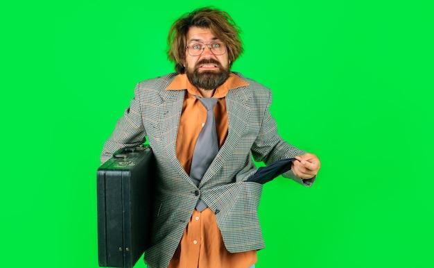 Uomo d'affari in bancarotta con tasca vuota e valigetta. licenziamento dal lavoro. ragazzo disoccupato. fallimento e licenziamento.