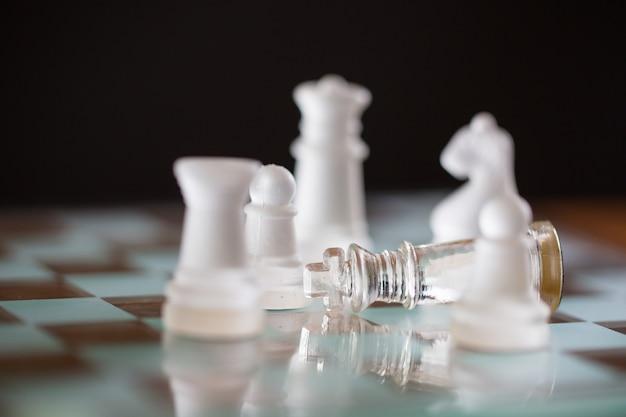 Concetto fallito con king chess che cade dopo aver finito il gioco degli scacchi.