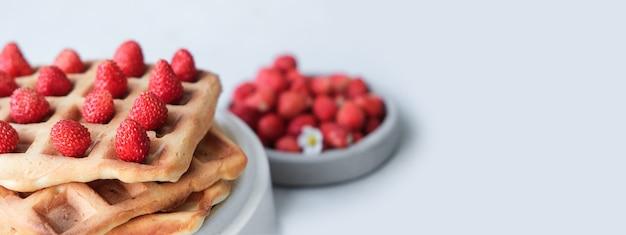 Bandiera. waffle belgi o viennesi con fragole