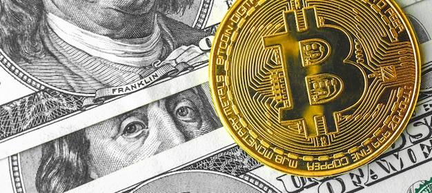 Banner bitcoin sul primo piano delle banconote in dollari usa, foto di sfondo del business di criptovaluta