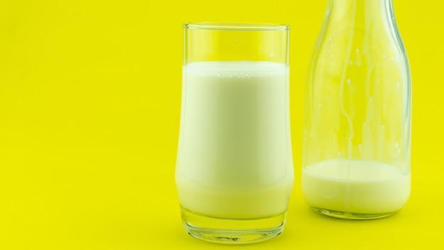 Banner di un bicchiere di latte su sfondo colorato giorno del latte copia spazio