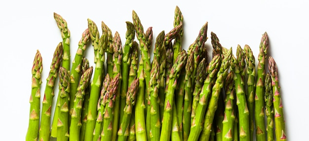 Banner di gruppo di maturi freschi primavera asparagi isolati su bianco