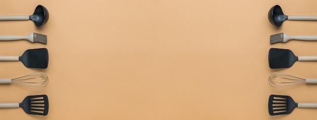 Banner di accessori da cucina su fondo beige. spazio per il testo.