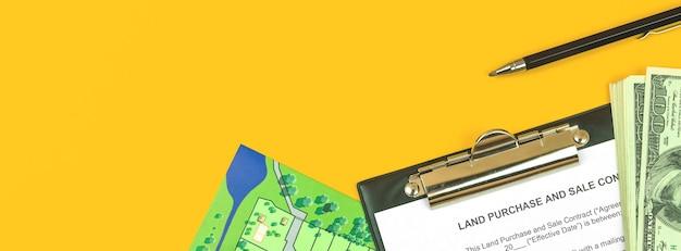 Modulo e appunti per contratto di acquisto di terreni banner. desktop da ufficio con documenti immobiliari, foto vista dall'alto