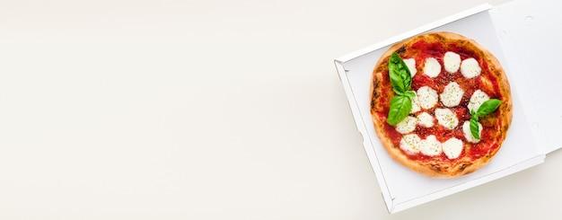 Banner di pizza margherita in una scatola per la consegna, pubblicità o menu
