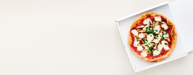 Banner di pizza con funghi in una scatola per la consegna, pubblicità o menu