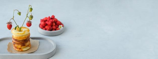 Bandiera. ciambella rotonda al forno con fragole. minimalismo.