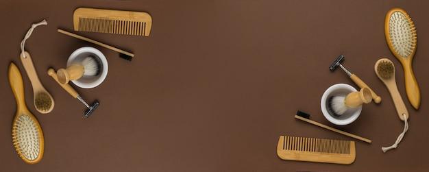 Un banner di accessori per la rasatura e la doccia su uno sfondo marrone. accessori da uomo per la cura dell'aspetto. disposizione piatta.