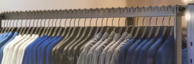 Pagina web banner o modello di copertina dell'appendiabiti nel negozio di moda degli occhiali nel reparto shopping