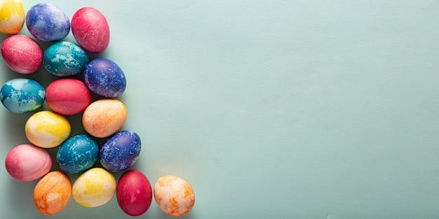 Banner con uova di pasqua dipinte su sfondo blu