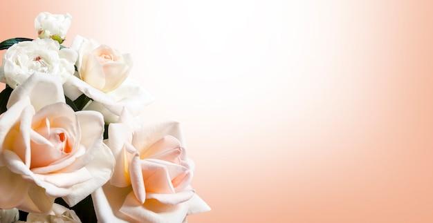 Banner con bouquet di colore bianco e pesca con rose e peonie. biglietto di auguri con copia spazio