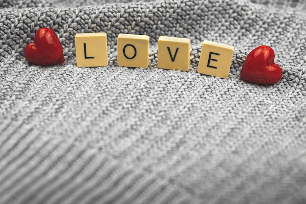 Banner con parola amore a cubetti, tema d'amore, concetto di san valentino, foto di composizione di emozioni e sentimenti positivi