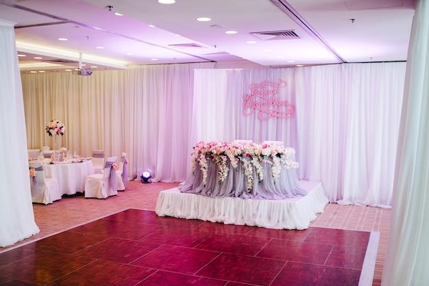 Sala banchetti per matrimoni, decorazione della sala banchetti, arredamento d'atmosfera