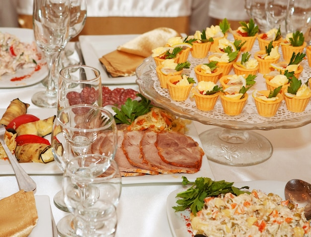 Tavolo per banchetti con cibo
