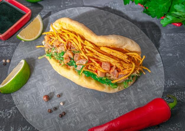 Burger bao con filetto di pesce all'olio, branzino e granchio in salsa di arachidi.