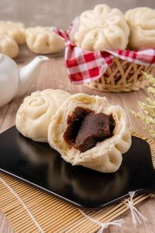 Baozi o bakpao è un tipo di panino ripieno di lievito in varie cucine cinesi ci sono molte variazioni nei ripieni di carne o vegetariani e nelle preparazioni anche se i panini sono spesso cotti al vapore
