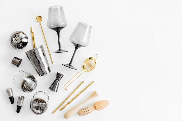 Accessori da bar e strumenti per la preparazione di cocktail. shaker, jigger, bicchiere, cucchiaio e altri strumenti da bar.