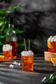Bar conceprt. aperol cocktail estivo italiano con ghiaccio e arancia, immagine di messa a fuoco selettiva