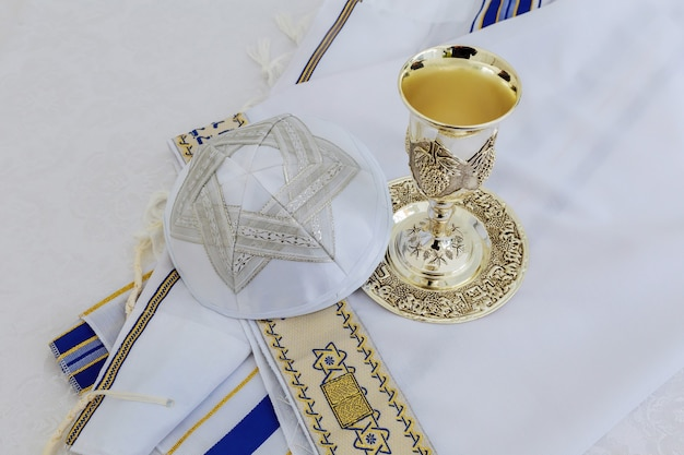 Bar mitzvah preparazione per la celebrazione scialle da preghiera - tallit, simbolo religioso ebraico