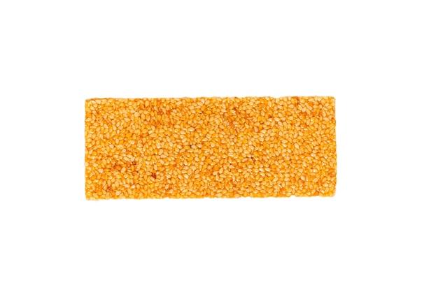Barra con noci isolate su uno sfondo bianco. barra di sesamo.