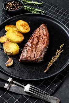 Bistecca di fianco di wagyu invecchiata asciutta del barbecue. sfondo nero. vista dall'alto