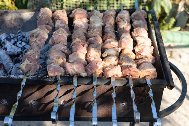 Barbecue alla griglia. cottura della carne alla griglia.