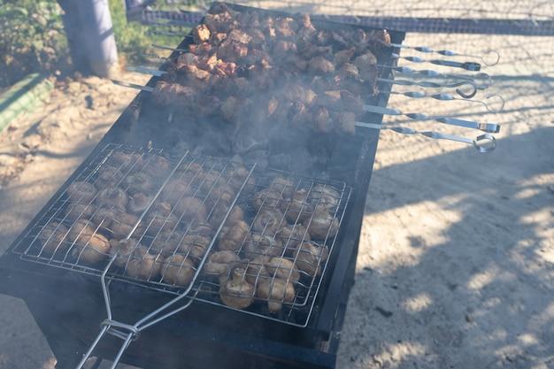 Barbecue alla griglia. cottura dei funghi alla griglia.