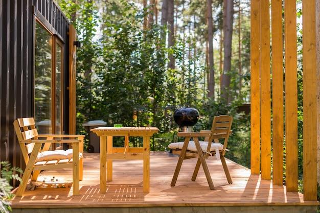 Griglia per barbecue davanti all'idilliaco party all'aperto nel cortile del campeggio