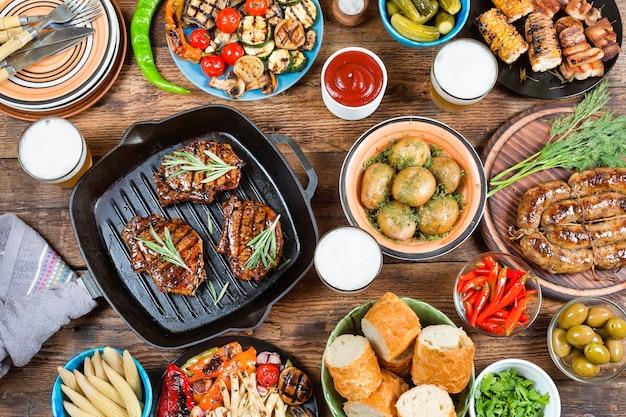 Barbecue tavolo e concetto di cibo. Foto Premium