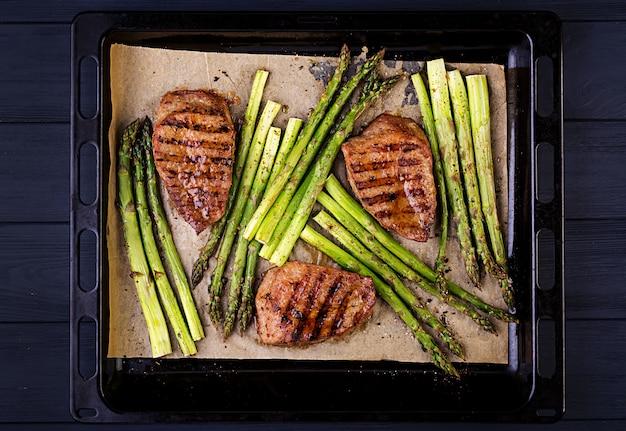 Barbecue grigliato di manzo con asparagi ed erbe aromatiche. vista dall'alto