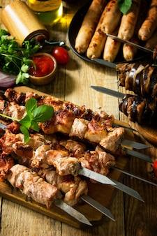 Menu barbecue spiedini di carne alla griglia salsicce alla griglia e melanzane alla griglia con bacon