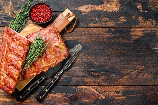 Costolette di maiale alla griglia con salsa piccante. . vista dall'alto. copia spazio.