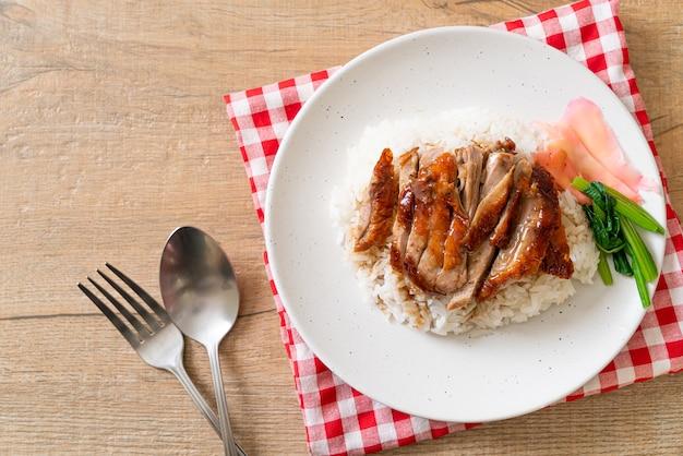 Anatra arrosto barbecue su riso