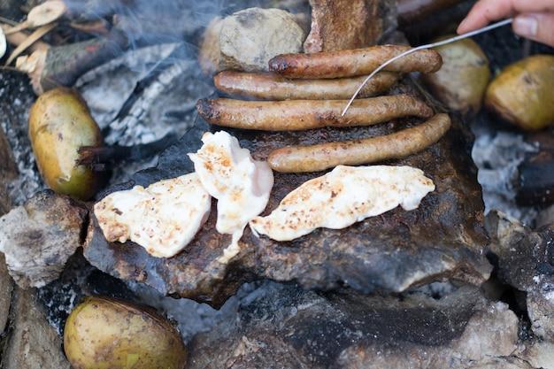 Barbecue sulla pietra in montagna