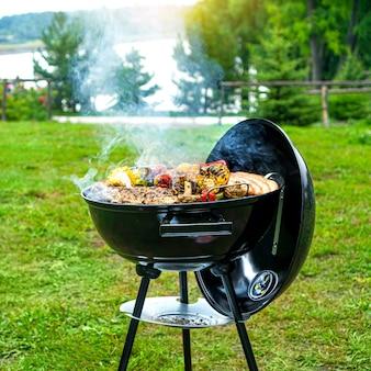 Tempo di barbecue nella natura.