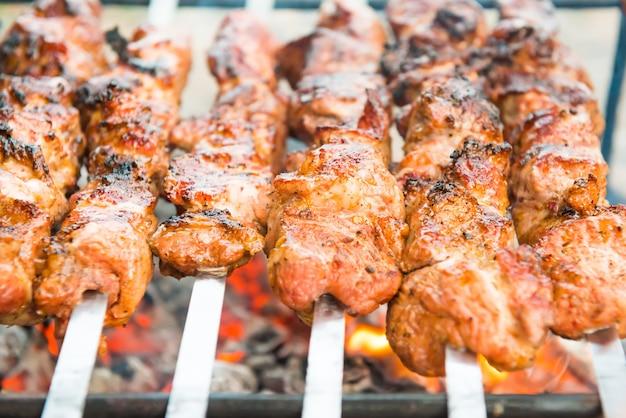 Barbecue con carne di kebab alla griglia sul fuoco