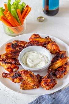 Alette di pollo alla griglia con salsa