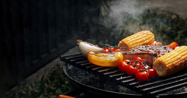 Bistecca barbecue su una tavola di ardesia nera