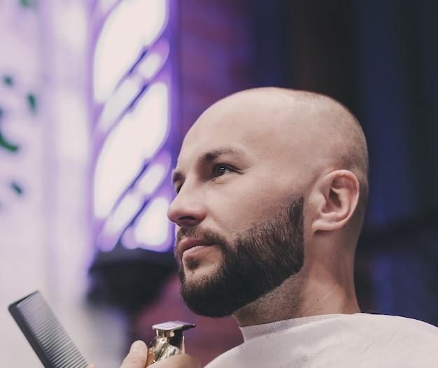 Mani del barbiere che tagliano un uomo d'affari serio. concetto di importanza dell'aspetto per una buona impressione