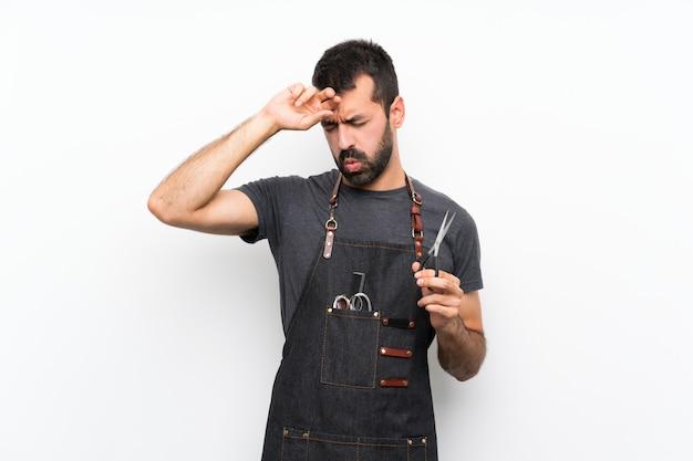 Uomo del barbiere in un grembiule con espressione stanca e malata