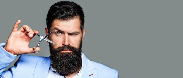 Forbici da barbiere, barbiere. uomo in barbiere, taglio di capelli, rasatura.