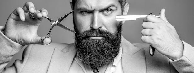 Forbici da barbiere e rasoio, negozio di barbiere, vestito. barbiere vintage, rasatura. uomini baffi. barba uomo macho. un tipo brutale, forbici, rasoio a mano libera. bianco e nero.