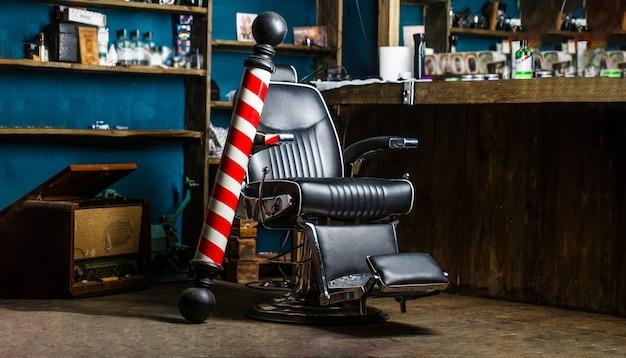 Palo del negozio di barbiere. logo del barbiere, simbolo. elegante poltrona da barbiere vintage. parrucchiere nell'interno del barbiere. sedia da barbiere. poltrona da barbiere, parrucchiere, parrucchiere, barbiere per uomo