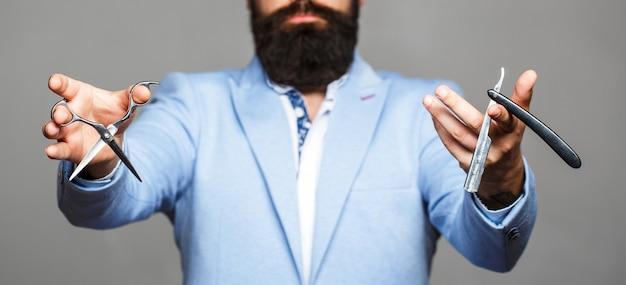 Barbiere taglio di capelli uomo nel negozio di barbiere