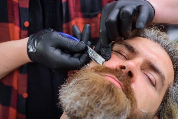 Procedure da barbiere parrucchiere professionale per la cura della barba per uomo barbiere da vicino ritratto