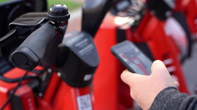 Barcellona, spagna. azienda di bike sharing. trasporto ecologico