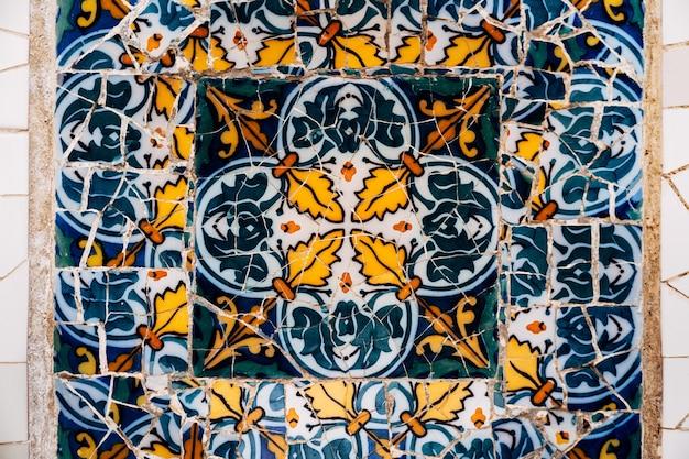 Barcellona spagna dicembre closeup mosaico antonio gaudi nel parco guell barcelona