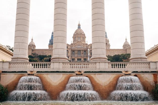 Barcellona spagna dicembre quattro colonne antiche di puigikadafalka vicino alla fontana magica di montjuic