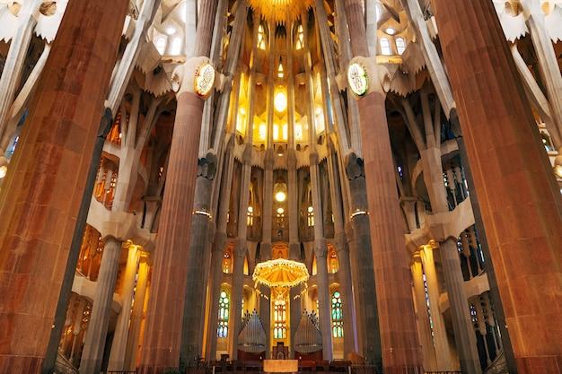 Barcellona spagna dicembre sagrada familia interni colonne volte in vetro colorato e soffitto in